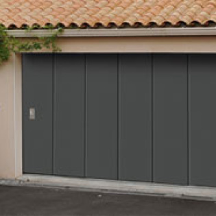 Porte de garage à ouverture latérale, coulissante double paroi. Modèle ISO45 Novoferm.