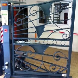 Portail en fer forgé automatisé, motorisation ATM