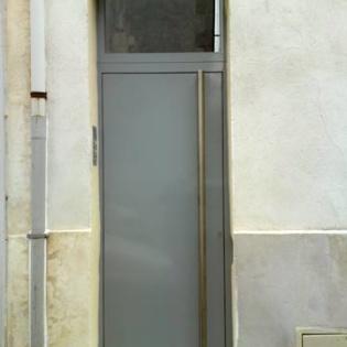 Porte d'entrée d'immeuble avec bâton de maréchal inox et gâche électrique