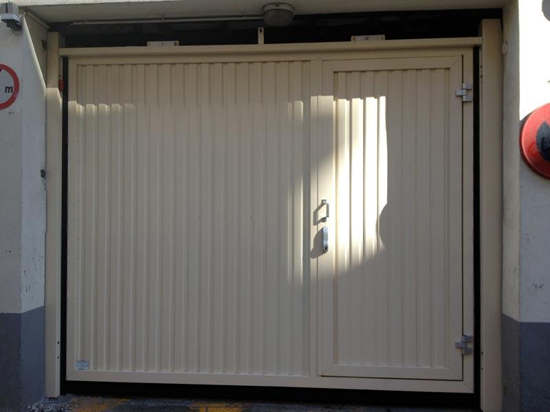 Portes de garage fermelec - Porte de garage basculante isolee avec portillon integre ...