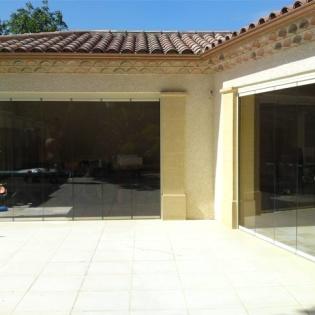 Fermeture d'une cuisine d'été avec panneaux de verre repliables SL25. Salon de Provence