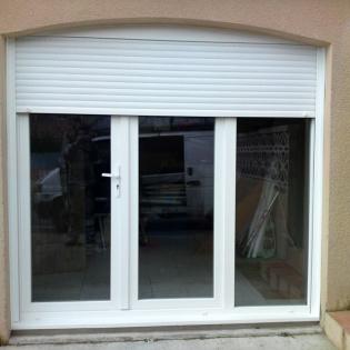 Création d'une pièce à vivre, remplacement d'une porte de garage par une porte PVC munie de son volet roulant intégré électrique