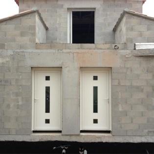 2 portes d'entrée aluminium Creal avec ajours, panneaux décor lumière. Villa à la Barasse Marseille.