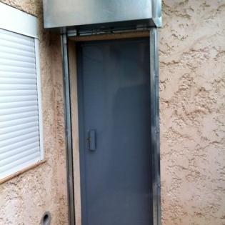Mise en place d'un rideau métallique avec son caisson, et d'une porte blindée tôlée une face, avec serrure 3 points. Marseille 13009.