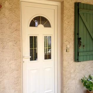 Porte en aluminium blanc iroise 3 avec petits bois laiton