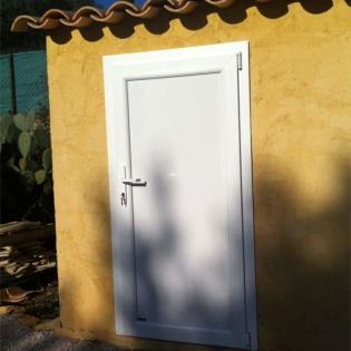 Porte de local de piscine à La Ciotat. PVC plein.