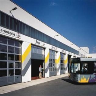 Porte sectionnelle APU 40 Hörmann. Mix aluminium, verre, acier pour grandes portées et grandes surfaces.