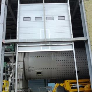 Porte sectionnelle à levée verticale de 10 mètres, acier double paroi, portillon. Cimenterie de Port Saint Louis du Rhône