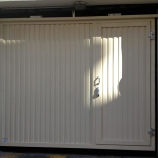 Porte basculante collective Sindaur avec portillon intégré. Marseille 13005